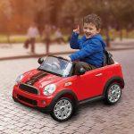 Cette voiture électrique enfant représente une Mini Cooper.